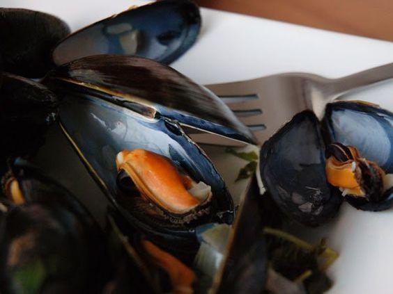 Recette simple et facile de moules marinières et frites http://brunetteshavemorefun.ca/2012/03/26/moules-marinieres/