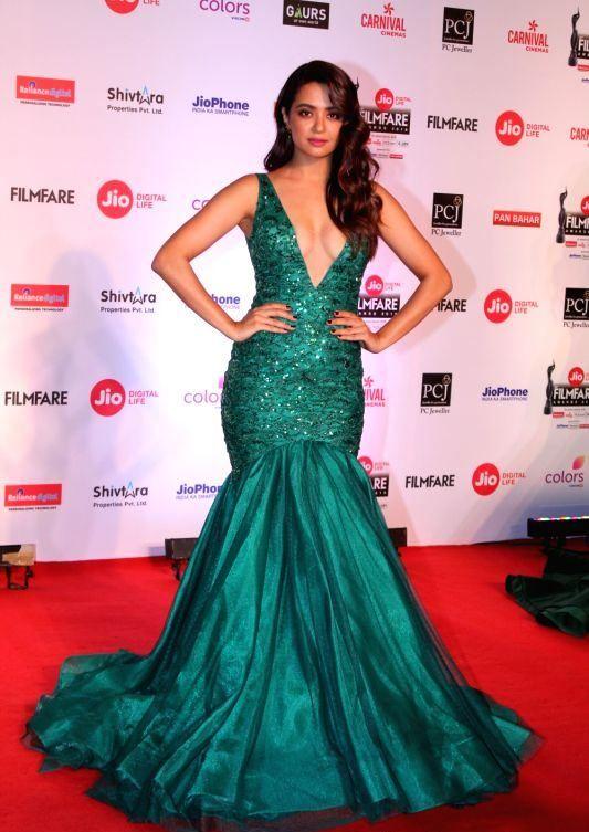 Bollywood Actress Stills At The Red Carpet Of 63rd Jio Filmfare Awards Celebrity Dresses Formal Dresses Long Dresses