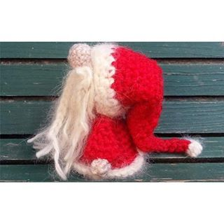 Preparing Christmas presents? Don't forget to crochet this cute tiny Santa Claus! Free pattern on Booletes Web. #santaclaus #crochet #handmade #freepattern #diy #yarn #cotton #christmas #present #gift