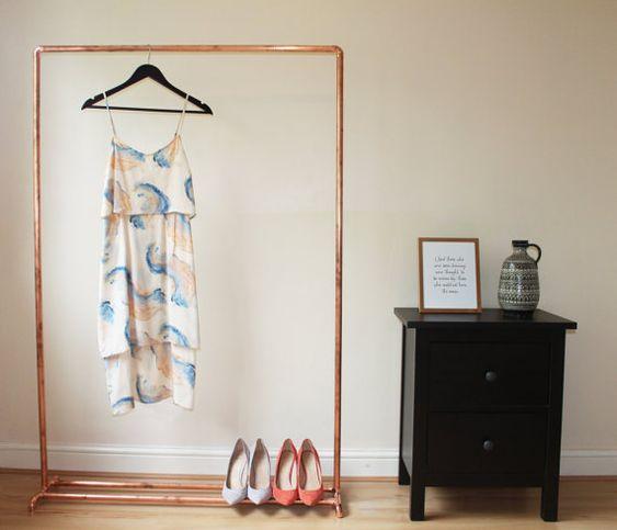 Speichern Ihre Schätze sollte nicht bedeuten, verstecken. Unsere rose gold Kupfer Kleiderstange ist die perfekte Lösung für Ihre Garderobe, mit Platz für Schuhe, Taschen und Accessoires zeigen.  Die minimale Bau dieser Kleiderstange wirkt schick industrielle, sofort aktualisieren Ihre Garderobe.  Jede Kleiderstange wird mit Montageanleitung geliefert; Sie nehmen ein paar Momente zu konstruieren.  Diese Kleidung Schienen bestehen aus industriellen Kupfer und zwar stark, sollte nicht mit zu…