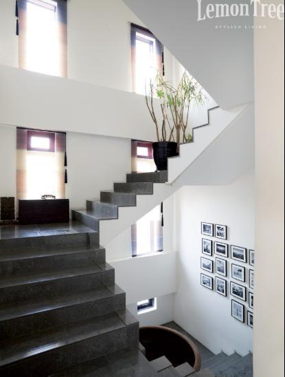 escaleras negras en una casa blanca hall pinterest