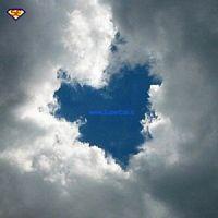 un cuore azzurro tra le nuvole