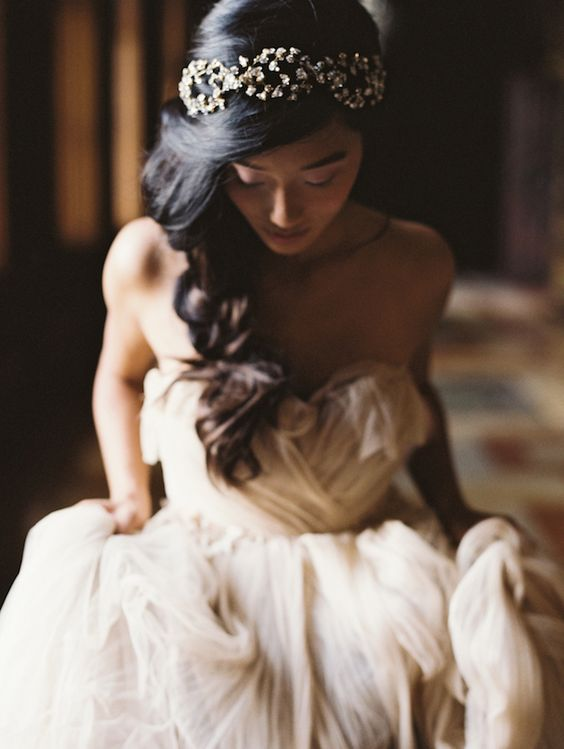 Love this hair accessory for a bride. Quite enchanting.