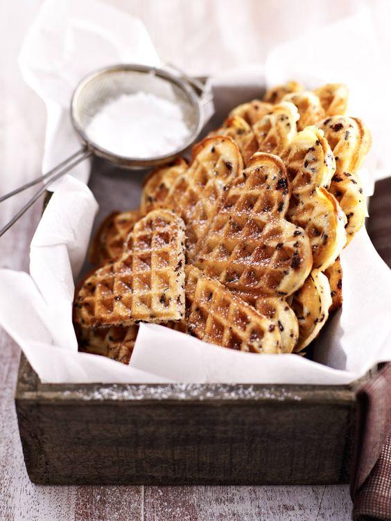 Die Marzipan-Rohmasse in eine Schüssel geben und mit einem Ei sowie 2 EL Milch mit einem Handrührgerät (Schneebesen) zu einer glatten Masse verrühren. Die Butter mit dem Zucker, Vanillezucker und der glatten Marzipanmasse schaumig rühren. ...