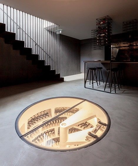 Le studio d'architecture londonien Simon Astridge Architecture Workshop a été approché par une grande marque de cuisines haut de gamme, pour transformer le sous-sol de son showroom en un espace de dégustation et de conservation du vin.  Tout a été dessiné par le studio, ils ont traité l'ensemble dans des couleurs très sombres telles que le béton noir qui absorbe pratiquement toute la lumière. Cette atmosphère intime sublime l'expérience de dégustation des vins. On apprécie...