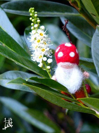 Petit nain en laine feutrée waldorf chapeau champignon gnome des bois conte de fee barbe feutrage aiguille table des saisons gardien