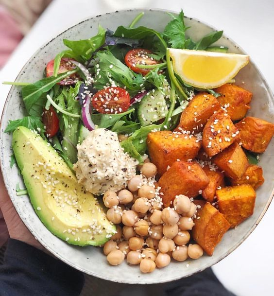 All the goods 👅🙌🏻 Roasted sweet potato, hummus, avocado, chickpeas, a lil' salad and a sprinkle of sesame seeds all drizzled with lemon…