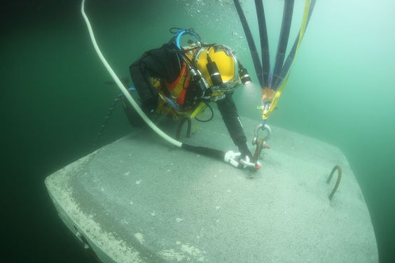 The Floating Piers: Cómo se construyó la última gran obra de Christo y Jeanne-Claude,Marzo 2016: Un buzo conecta una cuerda hecha de polietileno de alto peso molecular (UHMWPE), cubierto con una capa protectora de poliéster con una carga de rotura de 20 toneladas métricas, a una de las anclas en el lecho del lago para mantener los muelles en su lugar. Image © Wolfgang Volz