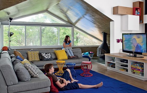 Ideal para reunir a família, a sala de TV da arquiteta Renata Cáfaro  ~ Sala De Tv No Sotao