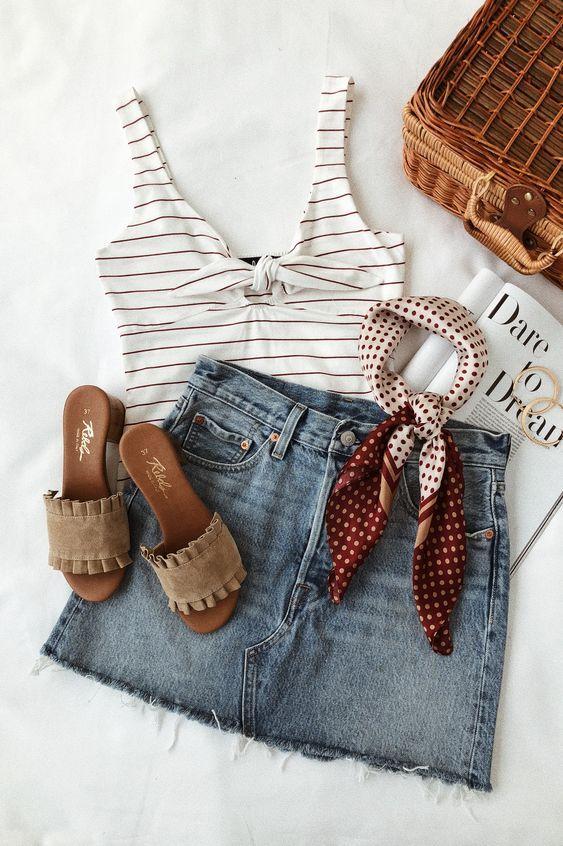 Look com saia jeans, blusa listrada e rasteirinha.