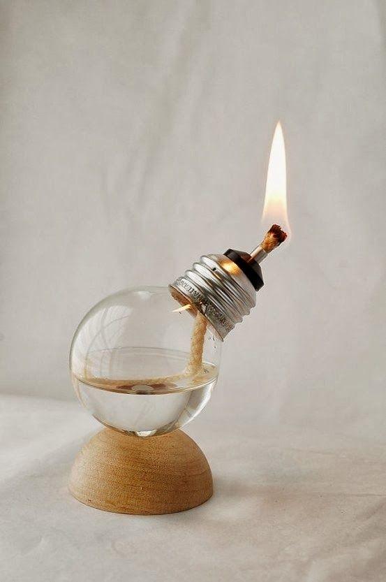 Lámpara de gas elaborada con una bombilla vieja.