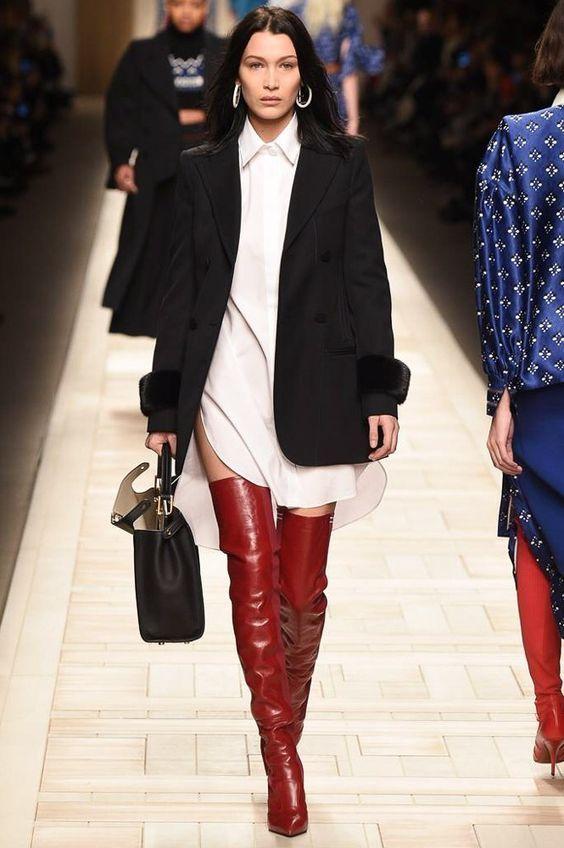 Gosto de bota vermelha, mas entendo ser algo polêmico. Por chamar bastante atenção, é melhor combiná-la com itens mais neutros.