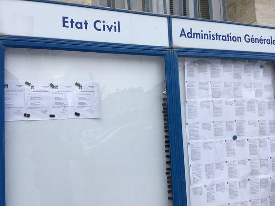 Публичная доска с местными законами и информацией