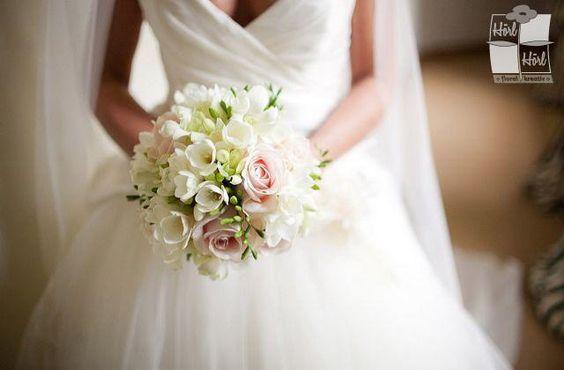 Weißer Hochzeitsstrauß mit rosa Rosen