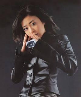 レザージャケットを着ている宇多田ヒカル