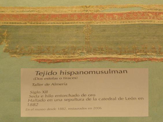 Detalle de un tiraz conservado en el Museo de León.