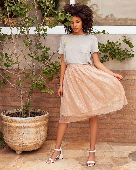 Que tal combinar uma saia midi, tshirt e uma sandália branca com salto médio bloco? Conheça as tendências que vão deixar o seu verão ainda mais fresh e confortável. Summer, trend, fashion, moda, calçados femininos, white, outfit of the day, look do dia, street style, urbano.