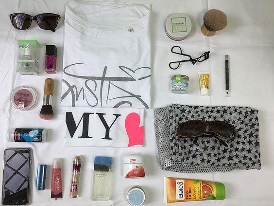 …die liebe Leonie von MiniMenschleinhat mit auf Instagram getaggt. Ich kann nicht ohne…. MOMMY Shirt – Notizbuch – Nagellack von Essie – Nachtcreme – Bodylotion – Concealer – Puder – Sonnenbrille im CatEye-Look – Visitenkarten – Wimperntusche – Matter Lippenstift in Knallfarbe – Lipgloss – Chanel-Nagellack – iPhone – Abschminkzeugs – Musik von Mylene Farmer …
