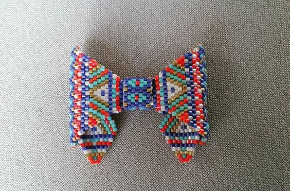 🎀encore un petit noeud papillon 🎀 #bijoux #jewels #collier#necklace #noeudpapillon #bowtie #peyotestitch #miyukidelicas #miyukiaddict #perlesaddict#perlesandco #jenfiledesperlesetjassume #perlestissées #miyuki #handmade#faitmain #handmadejewellery