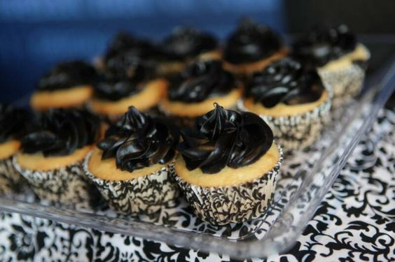 Vanilla_Cupcake_with_Black_Icing.jpg 800×533 pixels