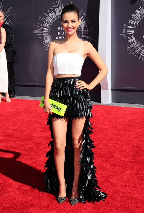 Le look de Victoria Justice sur le tapis rouge des MTV Video Music Awards