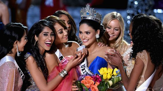 La nueva soberana es felicitada por sus compañeras.