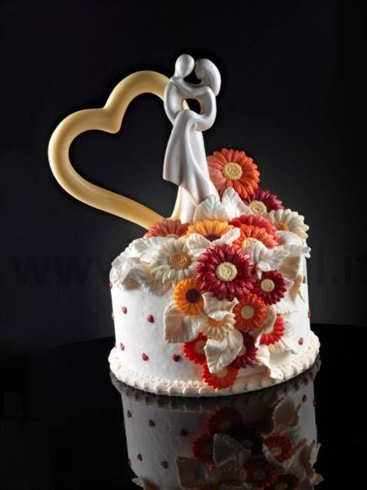 Sposi e decorazioni in cioccolato per torta di nozze. Realizzati con stampi in silicone Decosil. www.decosil.it #weddingcake #newlyweds