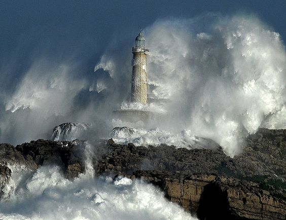 THE POWER OF THE STORM II /lighthouse-waves / Foto: Rafael G. Riancho.Faro de Mouro.Santander.Waves-Olas.Lighthouse.Fa ros tormenta.RAFA RIANCHO