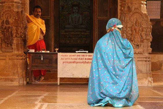 Meditation in the Jain temple in Jaisalmer (India) | Recueillement dans le temple jaïn de Jaisalmer (Inde) | La meditación en el templo Jain en Jaisalmer (India)