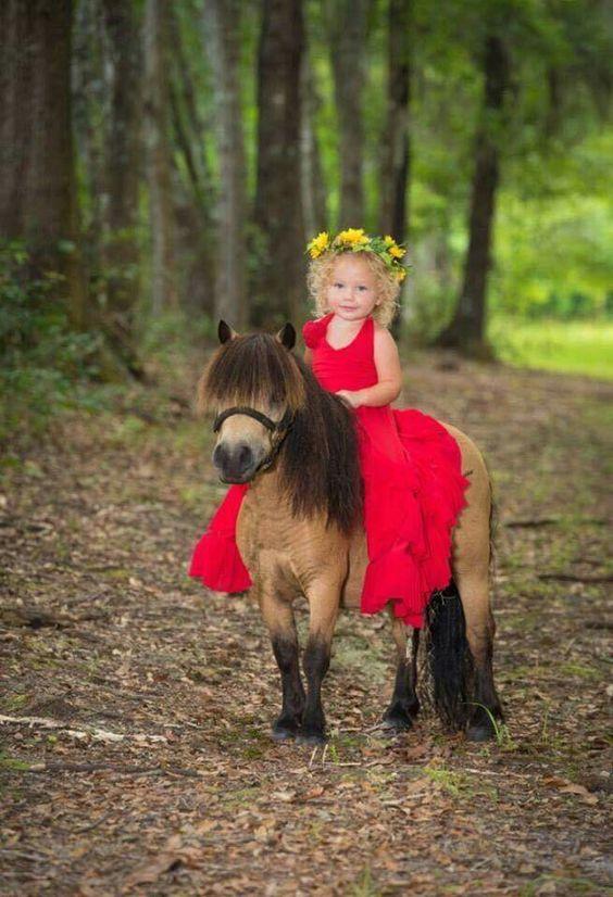Чудесна малко момиченце на красив мини ...: