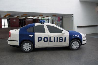 An entire police car made of yarn!  Avaa kuva isompana (Finnish)