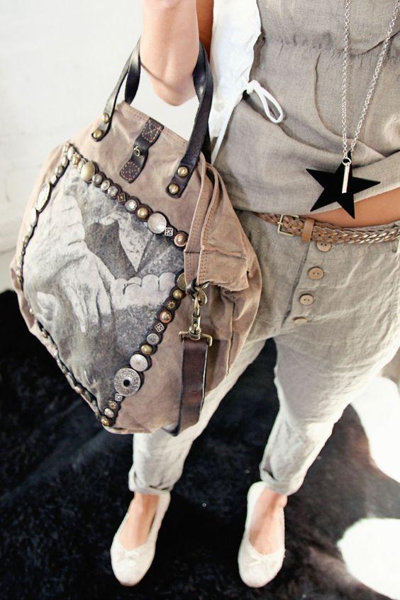 Cooles Outfit mit cooler Handtasche. Würde ich alles sofort so nehmen. Ich liebe die Nieten, den Stoff und das Bild.