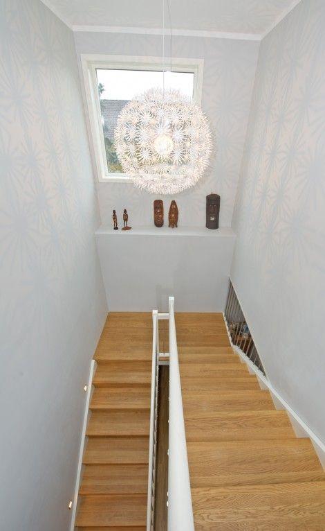 Tät U-trappa med vilplan. Steg i ek och sidovang i vitmålat ...