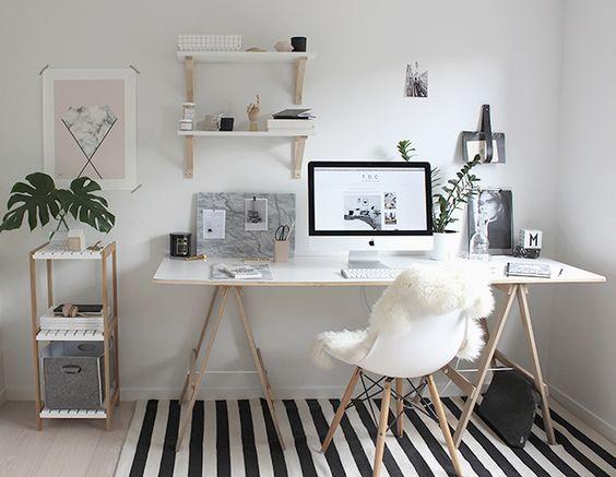 Os cavaletes são ótimos para improvisar mesas. Um suporte de vidro, de madeira ou uma prateleira qualquer servem de estrutura para o seu escritório.: