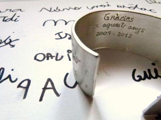 Dedicatoria interior de una pulsera que regalaron los niños a su profesora al acabale curso. www.munota.com , joyas personalizadas con el dibujo de tu hij@