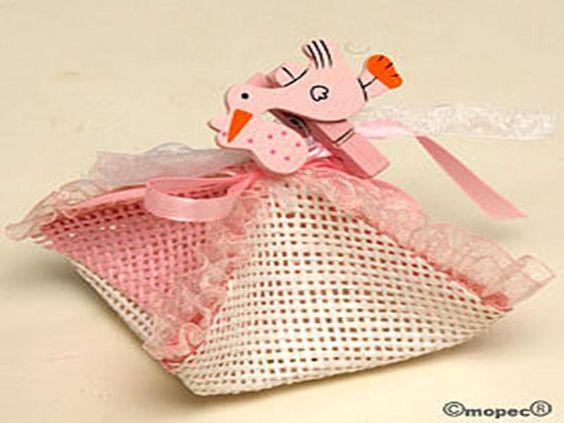 Pañuelo rosa con cinta+pinza cigüeña 3peladillas* - http://regalosoutletonline.com/regalos-originales/bautizos/pauelo-rosa-con-cintapinza-cigea-3peladillas