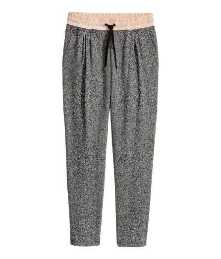 À ne pas manquer ! Pantalon jogger en jersey avec jambes effilées. Modèle avec large élastique et lien de serrage à la taille. Fronces décoratives en haut et poches latérales. – Rendez-vous sur hm.com pour en savoir plus.