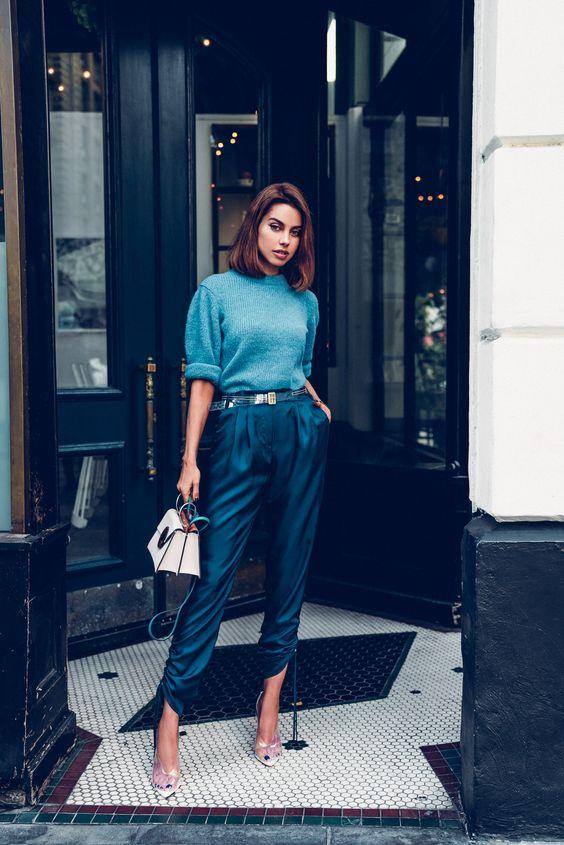 Mujer vestida de azul completamente