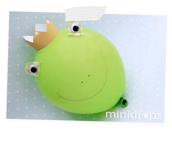 """Benötigt werden ✓ Luftballons ✓ Papierkrone ✓ Bastelpapier, Wackelaugen ✓ Klebefilm, Klebe, wischfester Stift Den Luftballon aufpusten. Eine Papierkrone basteln (diese ist aus unserem PrintPaket """"P..."""
