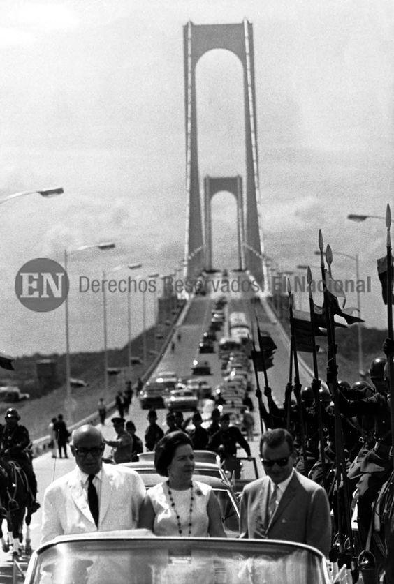 Inauguración del puente de Angostura sobre el rio Orinoco. En la imagen Raul Leoni, Menca de Leoni y Sucre Figuerella. Ciudad Bolívar, 07-01-1967. (ARCHIVO EL NACIONAL):