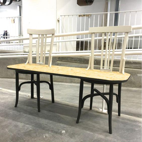 Banco realizado mediante sillas recuperadas y madera reutilizada.