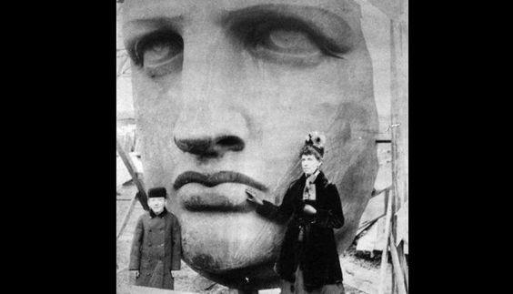 El 17 de junio de 1885 la Estatua de la Libertad llega a New York, y es en ese momento cuando se toma esta fotografía.