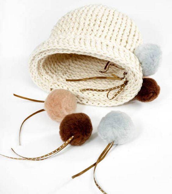 Mix and match the pom poms on this hat :) #crochet