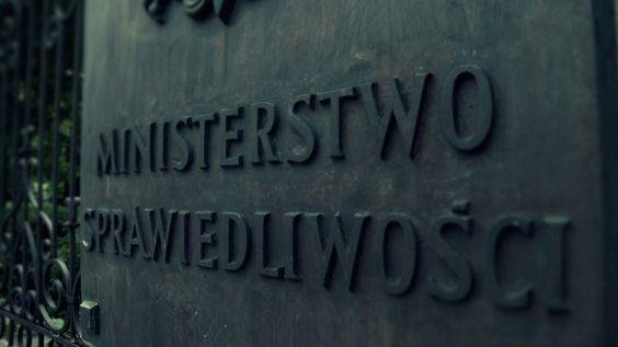 Polityka kadrowa ministra Ziobry to jedno. Teraz historia z Łodzi pokazująca jak jeszcze może on wpływać na wymiar sprawiedliwości, na przykład gdy nie zgadza się z sądowym wyrokiem. Chodzi o głośną sprawę drukarza, który odmówił zrobienia stojaka reklamowego dla Fundacji LGBT. Drukarz odwołał się od zasądzonej grzywny i sprawa ruszy od nowa - ale już z udziałem prokuratora wyznaczonego przez ministra, co w tym konkretnym przypadku.....