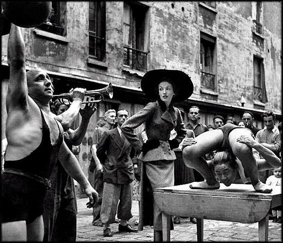 Richard Avedon - Elise Daniel with Street Artists - Paris 1948
