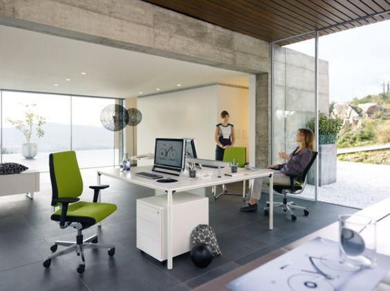 Beton & Glas - aus einer simplen Umgebung ein chices, modernes Teambüro schaffen - das geht. #teambüro #team #arbeitsplatz #teamwork