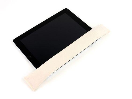 *Étape 3*  Si vous retirez un écran fissuré, il faut couvrir le verre à l'aide de ruban adhésif transparent pour le maintenir pendant que vous travaillez et pour minimiser les dégâts.Poser l'iOpener à plat sur le bord droit de l'iPad, en le lissant de telle sorte qu'il y ait un bon contact entre la surface de l'iPad et de l'iOpener.Laisser le sac sur l'iPad pendant environ 90 secondes avant de d'ouvrir le panneau.