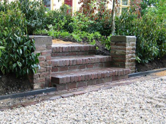 Vaak moeten hoogteverschillen overbrugd worden helling talud of trap hout steen metselwerk - Trap in een helling ...