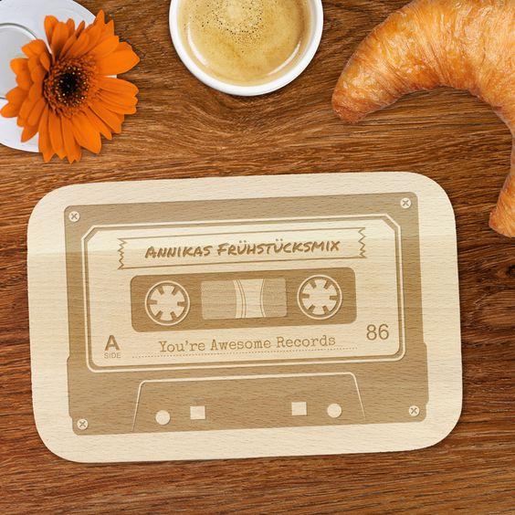 Musik macht das Frühstück bestimmt besser - passend zur perfekten Frühstücksmusik gibt es bei uns das Fühstücksbrett Frühstücksmix - Mixtape - mit Gravur.