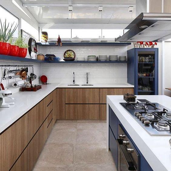 Linda cozinha!!! O ponto de cor azul em meio aos tons de branco e madeira tornou o espaço super moderninho o revestimento metrô é a aposta do momento super em alta faz o diferencial do ambiente deixando-o cheio de estilo. #cozinhadesigndecor #olioliteam